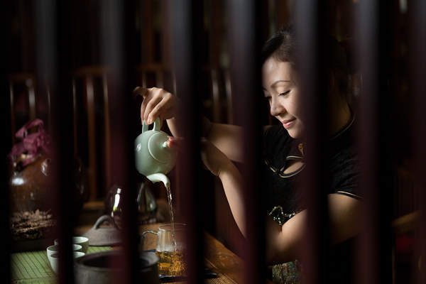 A woman pours tea at the Baishayuan tea house