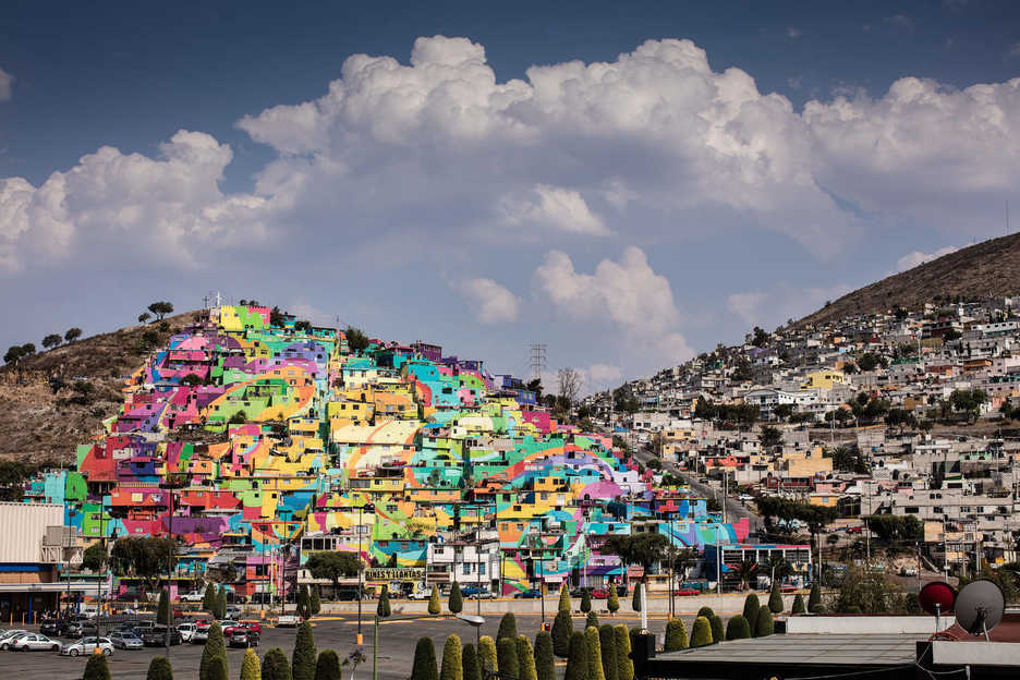 The mural at Colonia Las Palmitas - El Macromural de Pachuca - is seen from a pedestrian overpass